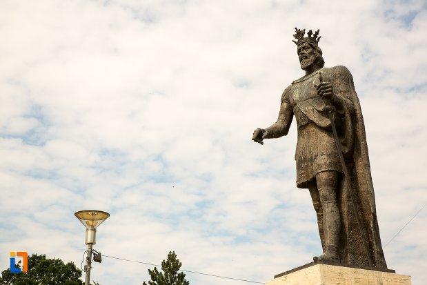 vedere-cu-statuia-lui-mircea-cel-batran-din-pitesti-judetul-arges.jpg