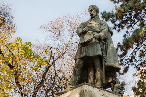 vedere-cu-statuia-lui-szacsvay-imre-din-oradea-judetul-bihor.jpg