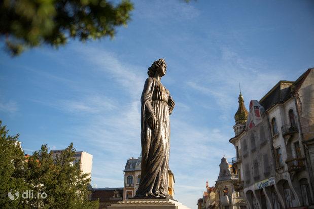 vedere-cu-statuia-regina-maria-a-romaniei-din-oradea-judetul-bihor.jpg