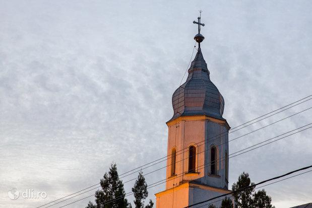 vedere-cu-turnul-de-la-biserica-ortodoxa-din-valea-lui-mihai-judetul-bihor.jpg