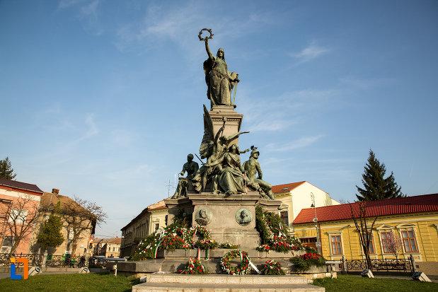 vedere-de-ansamblu-cu-monumentul-libertatii-din-arad-judetul-arad.jpg