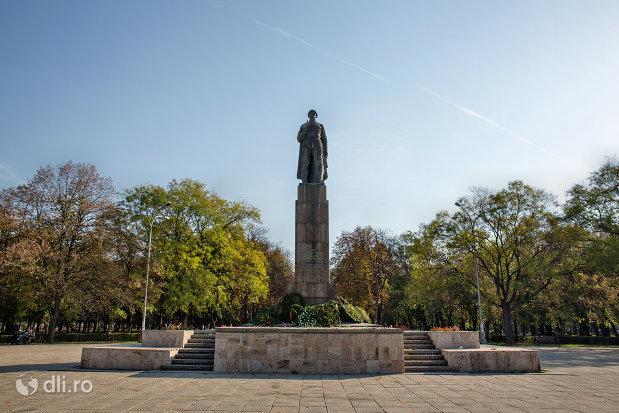 vedere-de-ansamblu-cu-monumentul-ostasului-roman-din-oradea-judetul-bihor.jpg