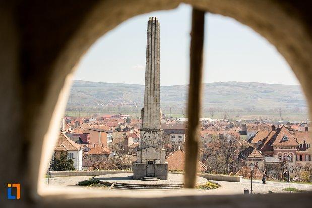 vedere-de-ansamblu-cu-obeliscul-lui-horea-closca-si-crisan-din-alba-iulia-judetul-alba.jpg