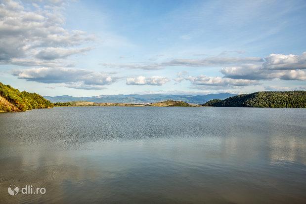 vedere-de-ansamblu-lacul-din-calinesti-oas-judetul-satu-mare.jpg