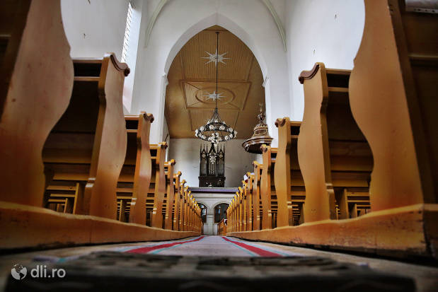 vedere-de-la-intrarea-in-biserica-reformata-tasnad.jpg