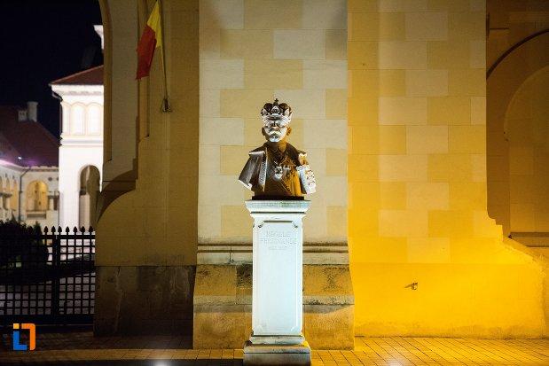 vedere-de-noapte-cu-bustul-regelui-ferdinand-din-alba-iulia-judetul-alba.jpg