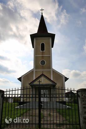 vedere-din-fata-biserica-greco-catolica-noua-din-cauas-judetul-satu-mare.jpg