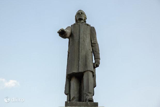vedere-din-fata-statuia-mihai-eminescu-din-oradea-judetul-bihor.jpg