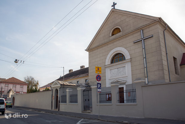 vedere-din-lateral-cu-biserica-manastirii-capucinilor-vizita-sf-fecioare-la-sf-elisabeta-din-oradea-judetul-bihor.jpg