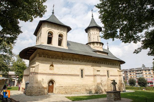 vedere-din-lateral-cu-biserica-sf-nicolae-prajescu-1611-din-suceava-judetul-suceava.jpg