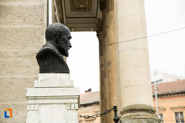 vedere-din-lateral-cu-bustul-lui-george-cosbuc-din-arad-judetul-arad.jpg