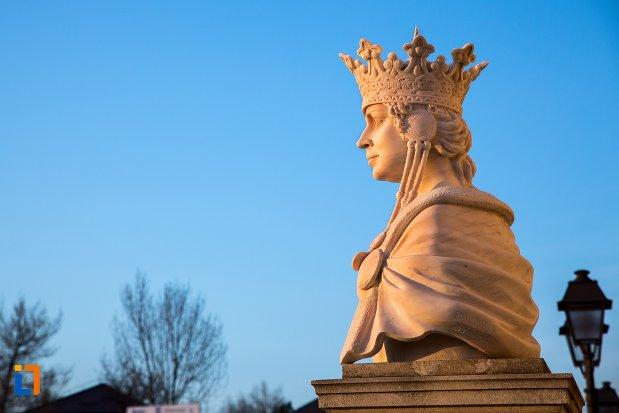 vedere-din-lateral-cu-bustul-reginei-maria-din-alba-iulia-judetul-alba.jpg
