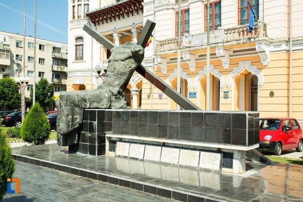 vedere-din-lateral-cu-monument-inchinat-eroilor-revolutiei-din-1989-din-buzau-judetul-buzau.jpg