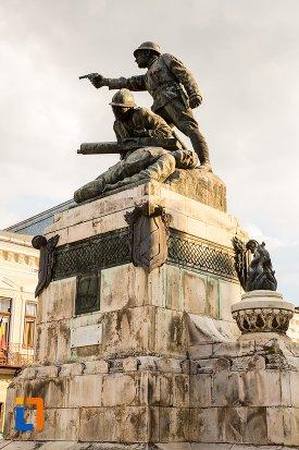 vedere-din-lateral-cu-monumentul-eroilor-din-primul-razboi-mondial-din-botosani-judetul-botosani.jpg