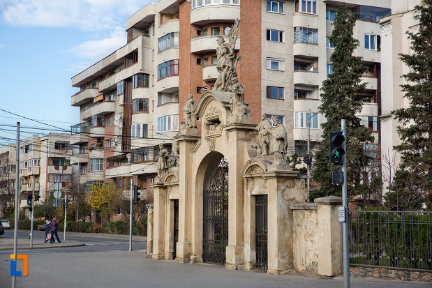 vedere-din-lateral-cu-poarta-de-la-biserica-romano-catolica-sf-pertu-din-cluj-napoca-judetul-cluj.jpg