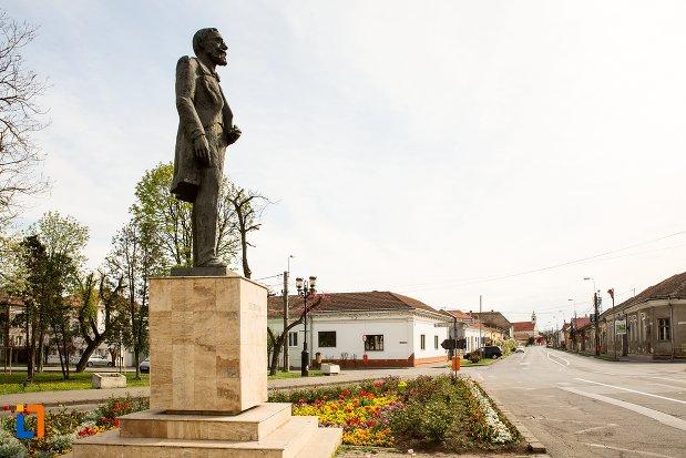 vedere-din-lateral-cu-statuia-lui-ion-icbratianu-din-alba-iulia-judetul-alba.jpg