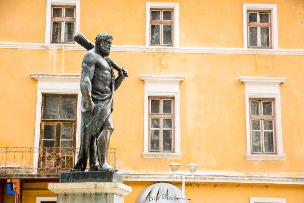 vedere-din-latreral-cu-statuia-lui-hercules-din-baile-herculane-judetul-caras-severin.jpg