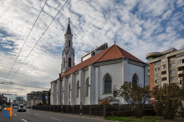 vedere-din-spate-cu-biserica-romano-catolica-sf-pertu-din-cluj-napoca-judetul-cluj.jpg