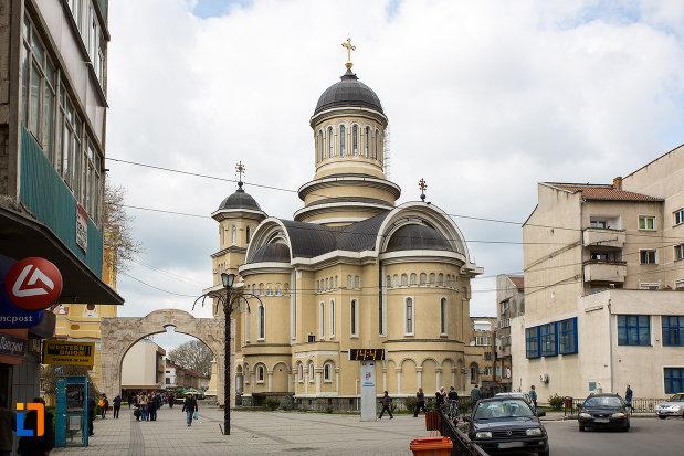 vedere-din-spate-cu-catedrala-invierea-domnului-si-sf-prooroc-ilie-tesviteanul-din-caransebes-judetul-caras-severin.jpg