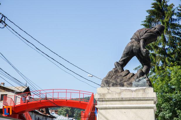 vedere-din-spate-cu-monumentul-ultima-grenada-a-caporalului-constantin-musat-judetul-prahova.jpg