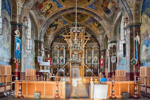 vedere-interioara-a-bisericii-din-cimitirul-vesel-din-sapanta-judetul-maramures.jpg