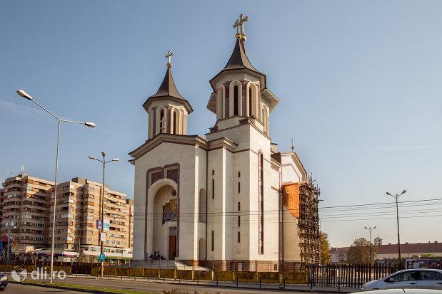 vedere-laterala-cu-catedralaepiscopala-ortodoxa-invierea-domnului-din-oradea-judetul-bihor.jpg