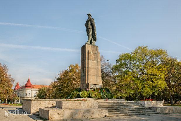 vedere-laterala-cu-monumentul-ostasului-roman-din-oradea-judetul-bihor.jpg