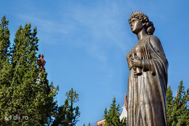 vedere-laterala-cu-statuia-regina-maria-a-romaniei-din-oradea-judetul-bihor.jpg