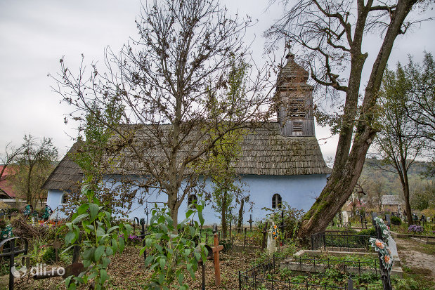 vedere-laterala-spre-biserica-de-lemn-sf-arhangheli-mihail-si-gavril-din-stramtura-judetul-satu-mare.jpg