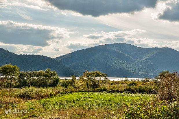 vedere-peste-lacul-din-calinesti-oas-judetul-satu-mare.jpg