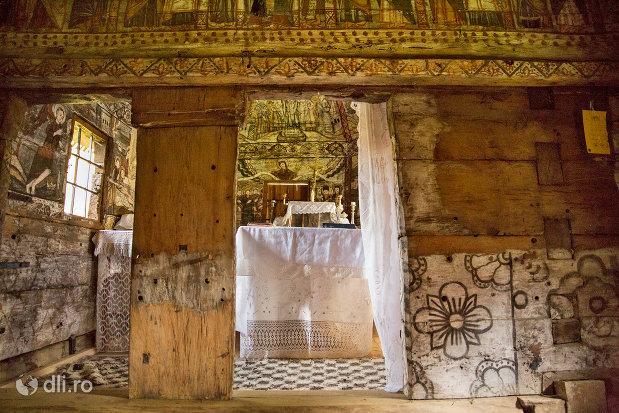 vedere-spre-altarul-din-biserica-de-lemn-nasterea-maicii-domnului-din-calinesti-judetul-maramures.jpg