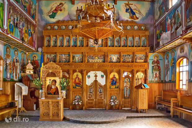vedere-spre-altarul-din-biserica-de-lemn-ortodoxa-din-baia-sprie-judetul-maramures.jpg