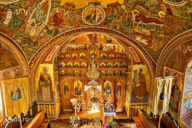 vedere-spre-altarul-din-pictura-cu-sfinti-de-la-biserica-ortodoxa-din-firiza-judetul-maramures.jpg