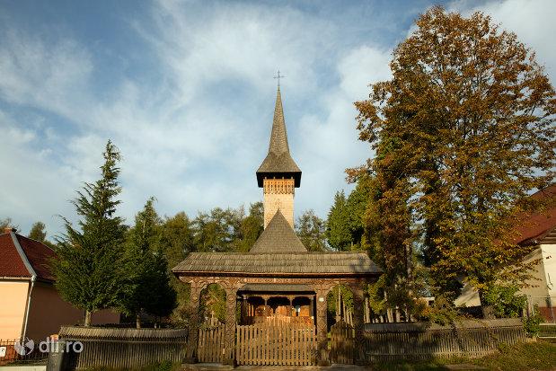 vedere-spre-biserica-de-lemn-din-ocna-sugatag-judetul-maramures.jpg