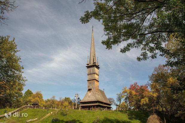 vedere-spre-biserica-de-lemn-sfintii-arhangheli-mihail-si-gavril-din-surdesti-judetul-maramures.jpg