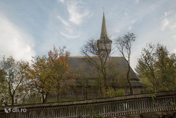 vedere-spre-biserica-de-lemn-st-nicolae-susani-din-budesti-judetul-maramures.jpg