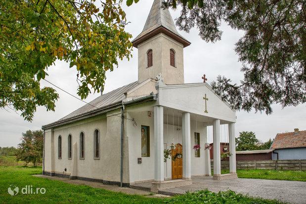 vedere-spre-intrarea-in-biserica-ortodoxa-din-paulesti-judetul-satu-mare.jpg