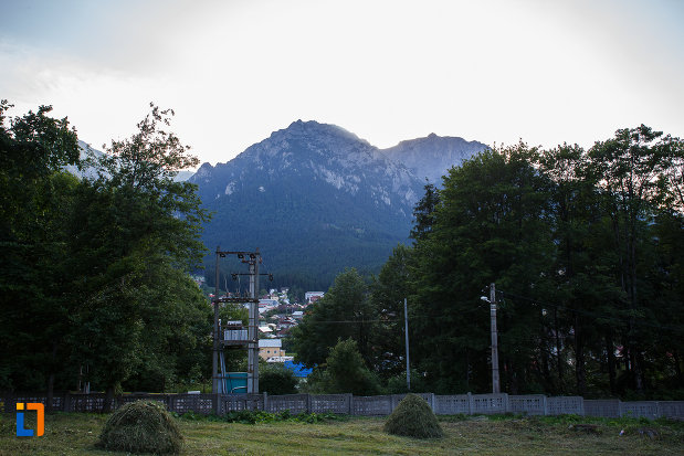 vedere-spre-munti-castelul-cantacuzino-din-busteni-judetul-prahova.jpg