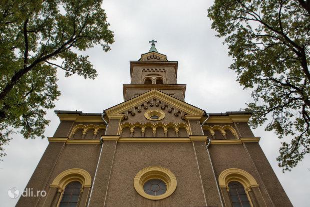 vedere-spre-turnul-de-la-biserica-romano-catolica-sf-anton-din-oradea-judetul-bihor.jpg