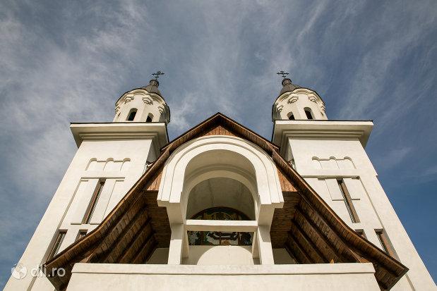 vedere-spre-turnuri-turnuri-de-la-biserica-ortodoxa-nasterea-maicii-domnului-din-cavnic-judetul-maramures.jpg