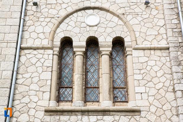 vitralii-de-la-biserica-nasterea-maicii-domnului-din-murfatlar-judetul-constanta.jpg