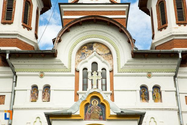 vitralii-de-la-biserica-sf-apostoli-si-sf-gheorghe-din-caracal-judetul-olt.jpg