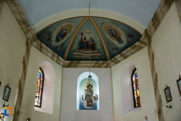 vitralii-si-candelabru-din-biserica-sf-anton-din-ramnicu-valcea-judetul-valcea.jpg