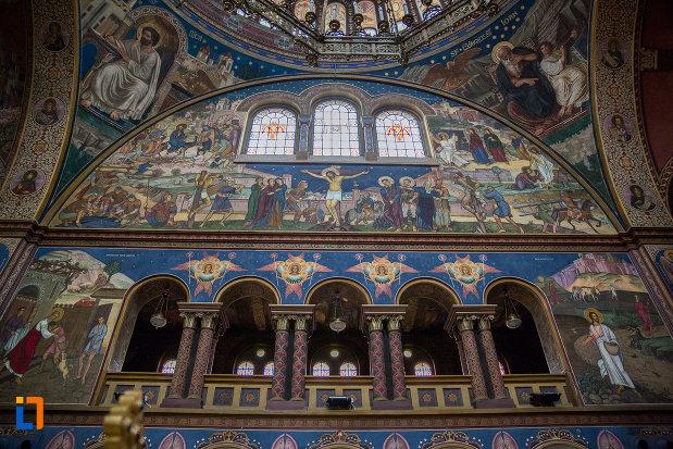 vitralii-si-coloane-din-catedrala-mitropolitana-sf-treime-din-sibiu-judetul-sibiu.jpg
