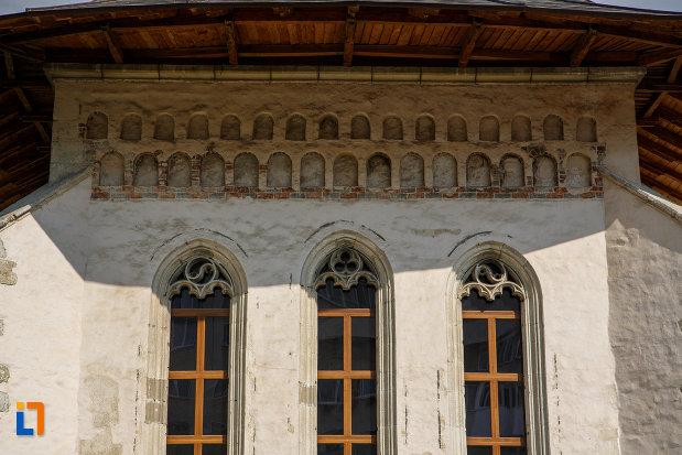 vitralii-si-morive-decorative-de-la-biserica-sf-dumitru-din-suceava-judetul-suceava.jpg
