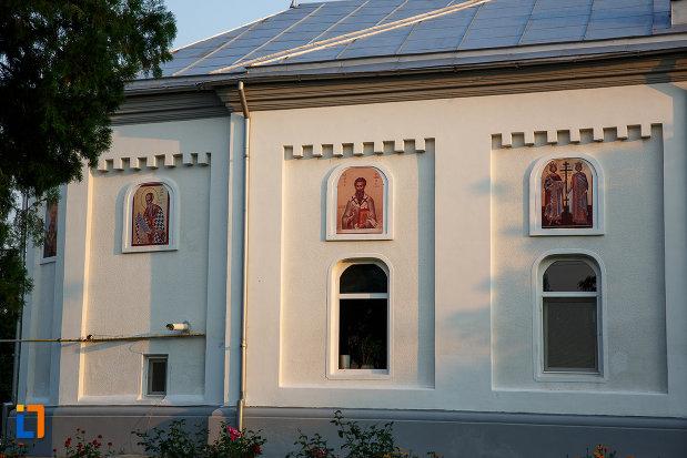 vitralii-si-portrete-de-pe-biserica-sf-adormire-a-maicii-domnului-din-rosiorii-de-vede.jpg