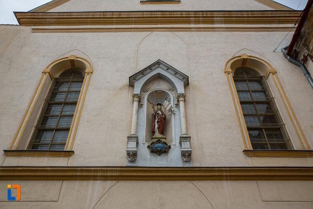 vitralii-si-statueta-de-la-biserica-ursulinelor-din-sibiu-judetul-sibiu.jpg
