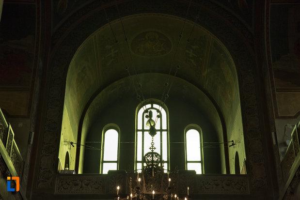 vitralii-vazute-din-interior-catedrala-ortodoxa-a-vadului-feleacului-si-clujului-din-cluj-napoca-judetul-cluj.jpg