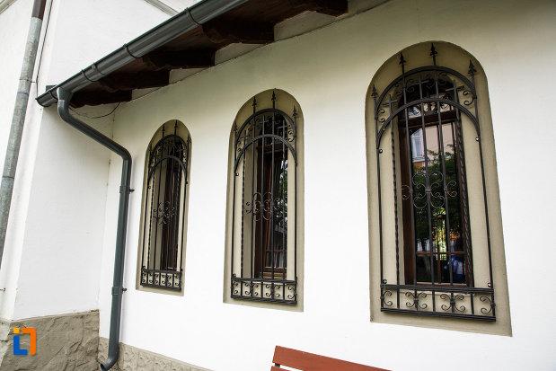 vitraliile-de-la-biserica-sf-dumitru-din-ramnicu-valcea-judetul-valcea.jpg