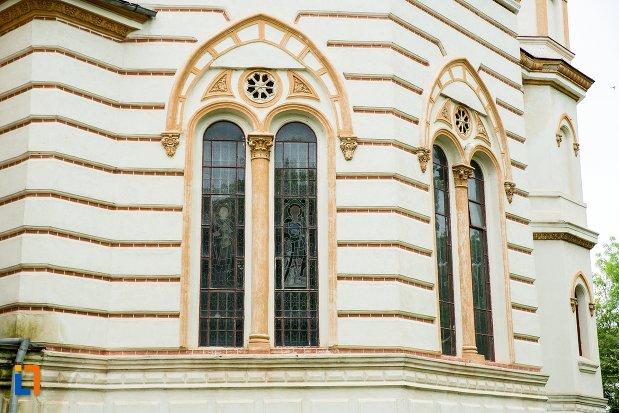 vitraliile-de-la-catedrala-sf-treime-din-corabia-judetul-olt.jpg